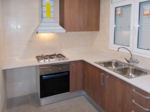 Imagen de la cocina reformada antes de la entrega