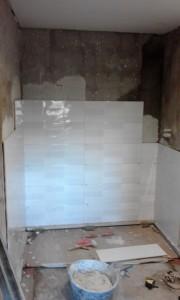 Alicatado de paredes en un baño de Barcelona
